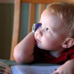 Мобильники вызывают у детей аллергию и сонливость